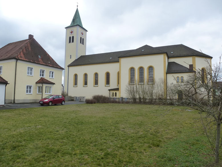 Mit dem neuen Pfarrheim im Garten neben dem Pfarrhof und gegenüber der Kirche kommt es zu einem harmonischen Gesamtbild. Baustart ist 2020. Bild: Siegfried Bock