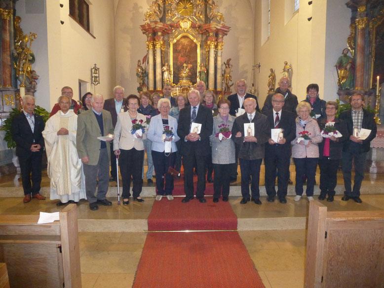Elf Paare brachten ihren Dank vor Gott: Eduard und Rita Schreglmann feiern das 65-jährige, Alfons und Emma Bogner, Hans und Rosmarie Wagner das 60-jährige Jubiläum (vorne von links); Bild: S. Bock