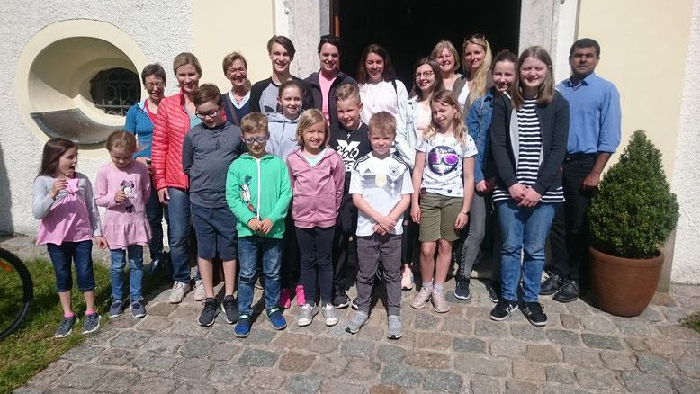 13 Kinder und Jugendliche unserer Pfarrei feiern zusammen mit Pater Prince und ihren Müttern im Anschluss an eine Radtour eine Maiandacht in der Moritzkirche in Mantel