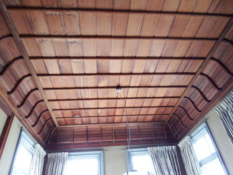 2階洋間の天井。S字の湾曲が柔らかい雰囲気をかもしだす