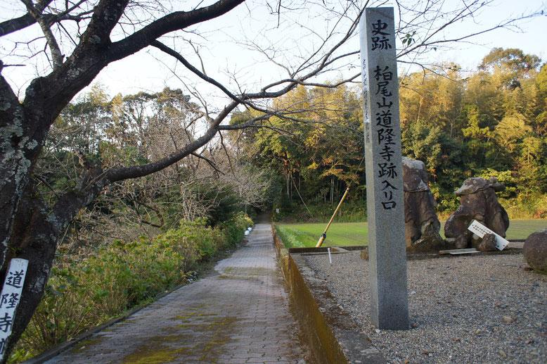 入り口に立つ仁王像 薩摩国の廃仏毀釈の激しさが伝わる。奧が山門跡。