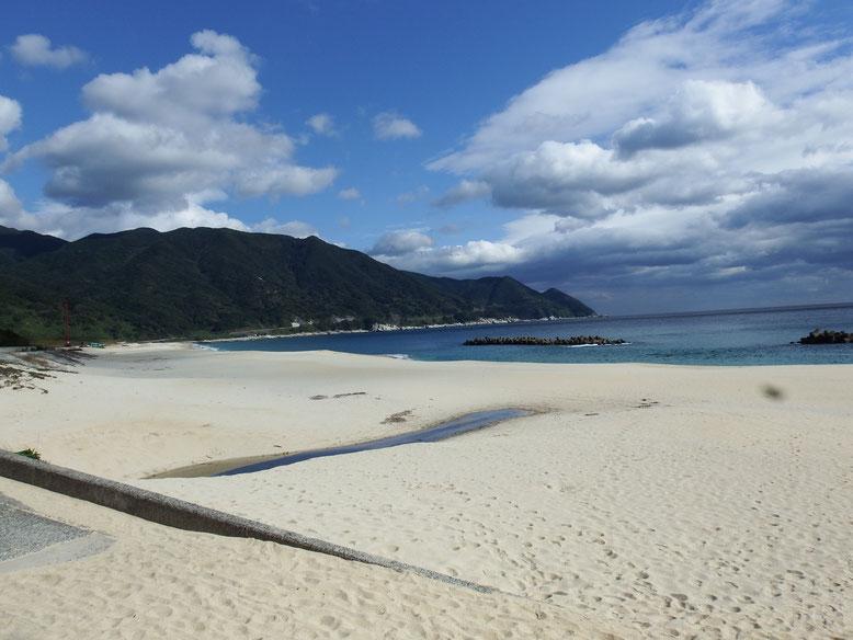 岸良海岸全景 おだやかな湾奥に白い砂浜が横たわる絶景