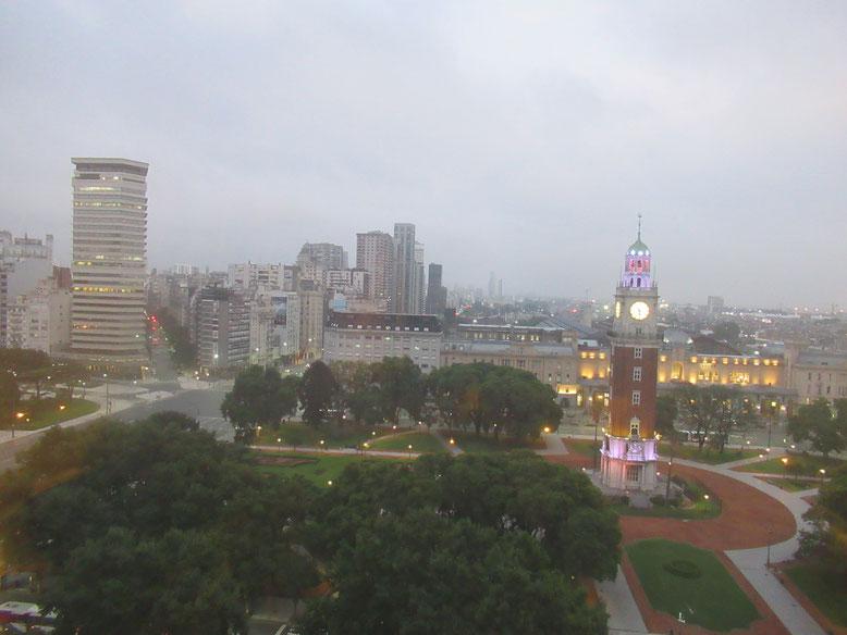 ホテルの窓から夕方の風景