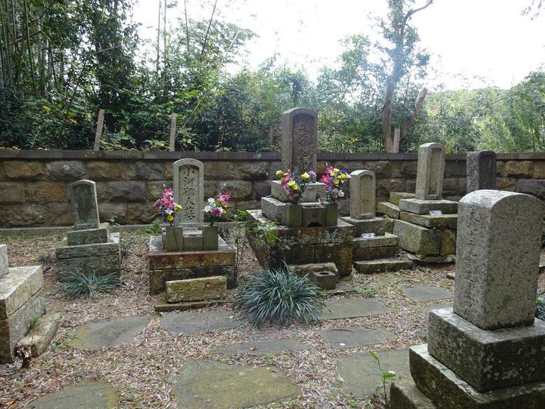 真ん中が芳洲先生、左が奥様のお墓