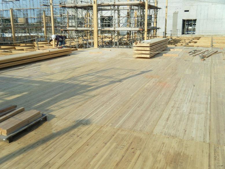 2階床に集成材厚板パネルを使用