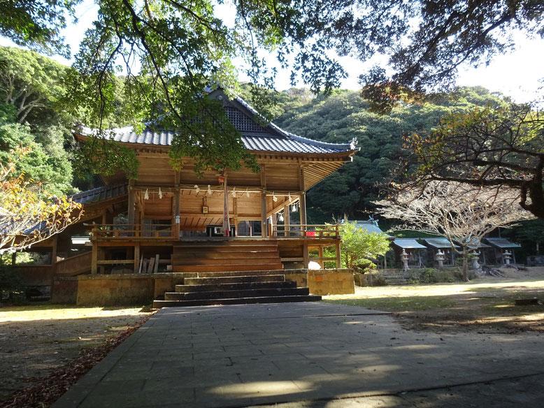 海人神社(暗くて長い階段を上りきると、予想以上に明るく広い場所に出る)
