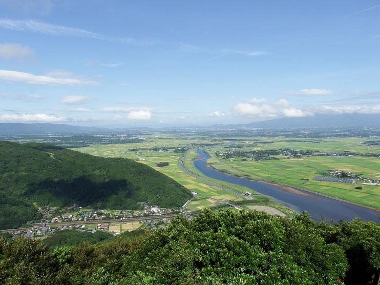 展望台からの風景。肝付川が中央を流れる。