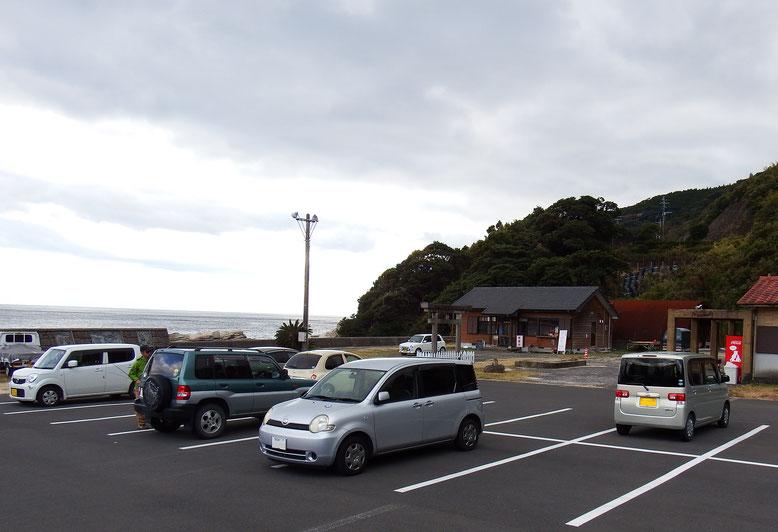 釣客とカフェのお客さんの休憩所駐車場 中央に謎の鳥居が立っている