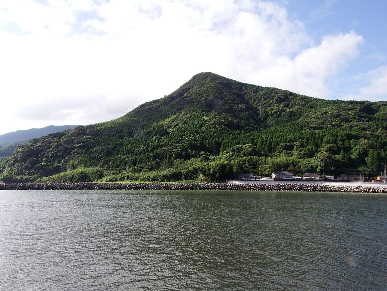 肝付川の対岸から見た権現山(標高320m)。国見連山の北端に位置する。