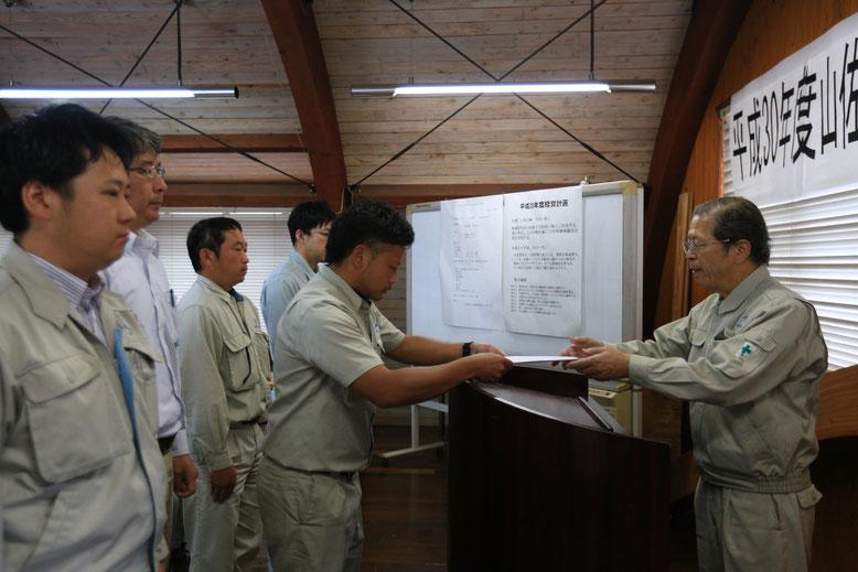 昇格者に辞令交付(4~6等級者)