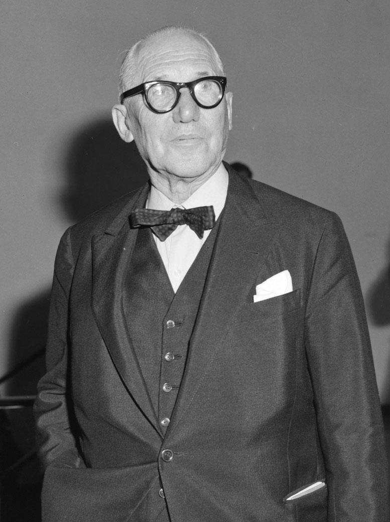 Le Corbusier vor dem Paravent in der Halle des Immeuble Molitor. Bemalte, mit Beton hintergossene Welleternitplatten, ausgeführt als Prototyp einer Brise-soleil-Konstruktion, Foto:  © Willy Rizzo, 1959