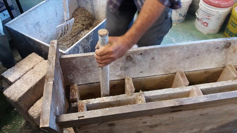 Cassero per autocostruzione dei mattoni calce-canapa