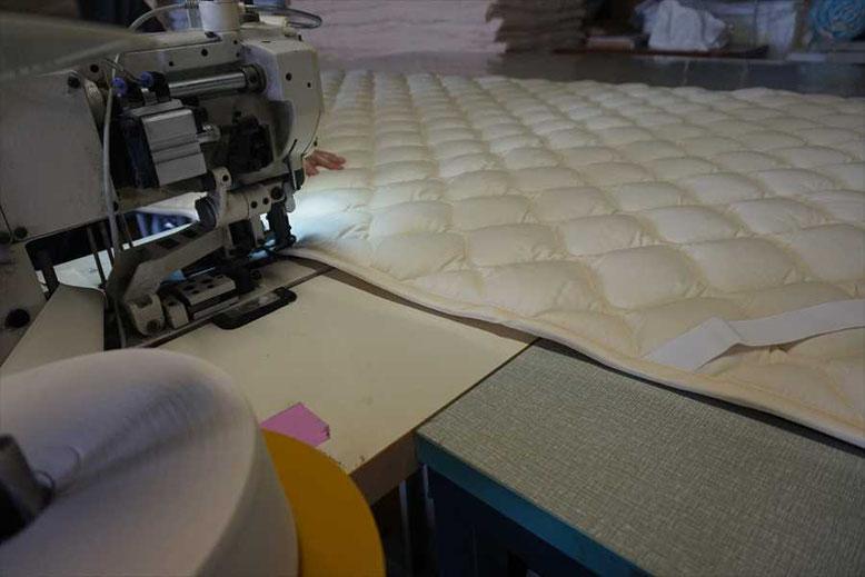 バイアステープで周囲を縫い合わせます。