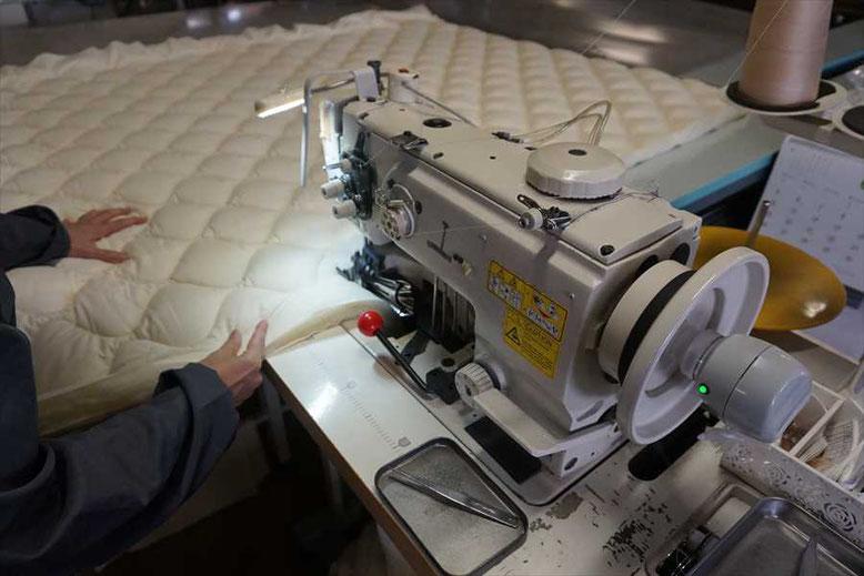 バイステープで周囲を縫い合わせます。