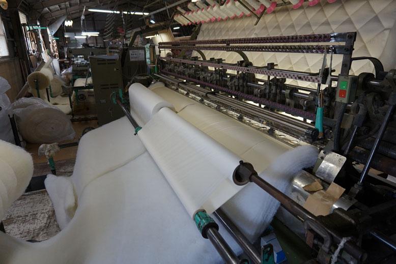 ウール綿と上下に生地をセットします。