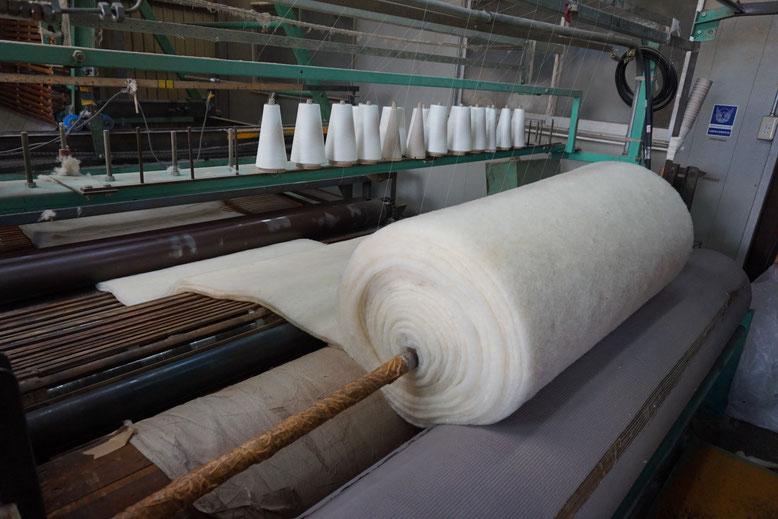 糸で固められたワタがロール状に巻き取られます。