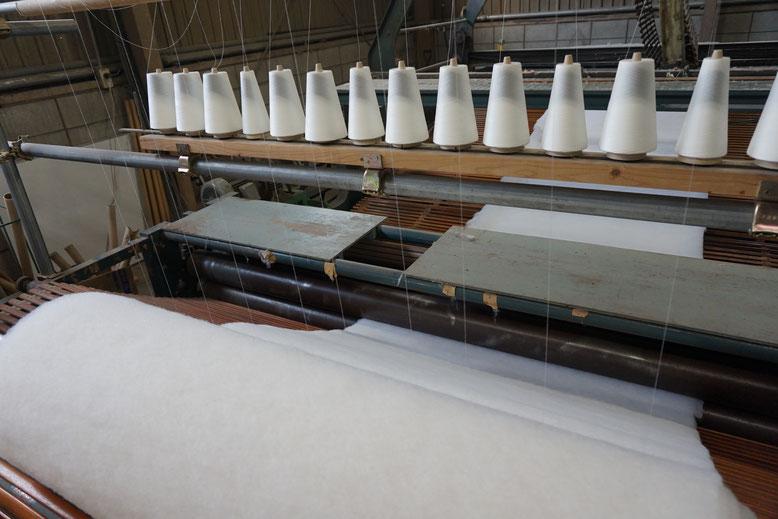 型崩れを防ぐため糸でワタを抑えます。