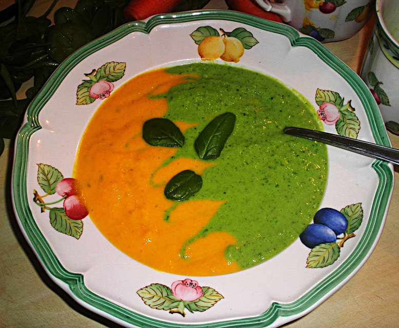 orange - grüne Suppe mit Spinatblätter