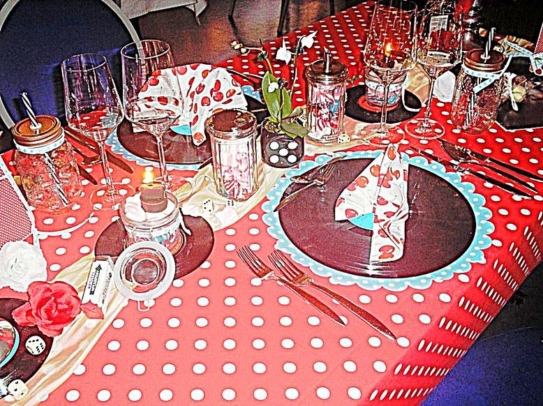 Tischdekorationen - Rockabilly - rote Tischdecke mit weißen Punkten