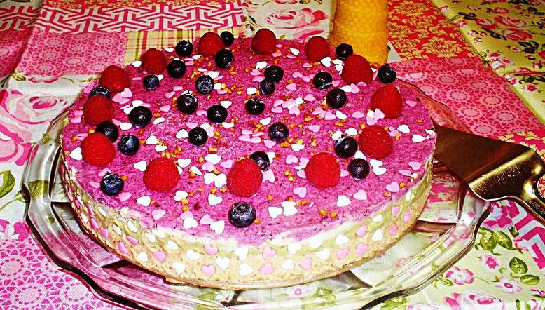 Rohkosttorte mit frischen Beeren, Herzchen und Nüsse