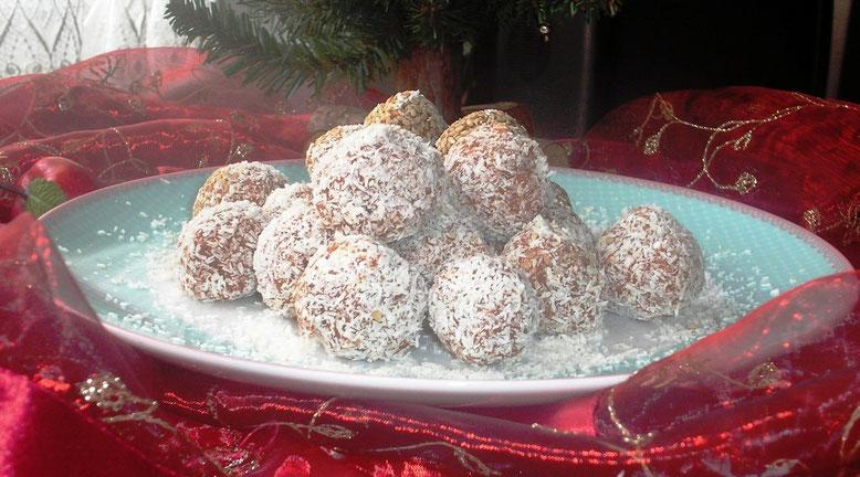 weihnachtliche rohköstliche Kokos-Schneebällchen