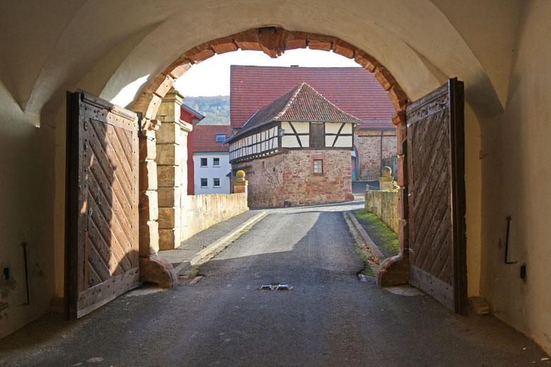 Durchfahrt unter dem Roten Schloss in den Innenhof der drei Schlösser.