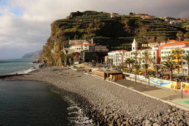 Flaniermeilchen vor der Steinküste in Ponta do Sol.