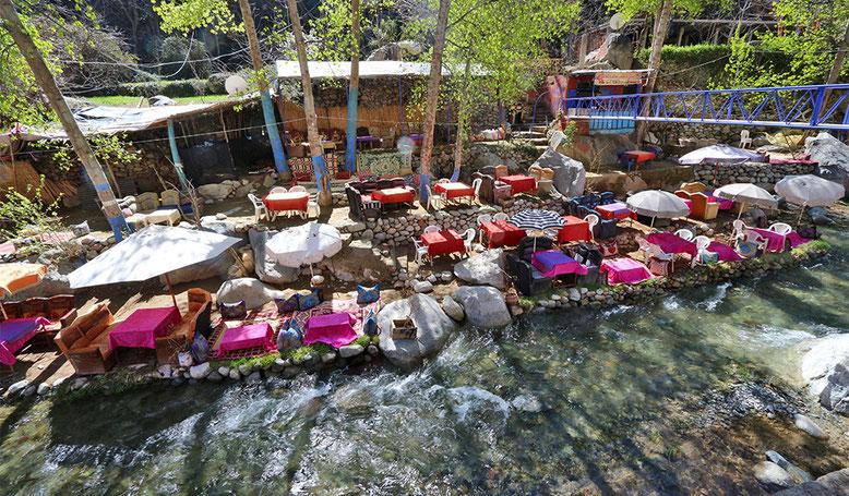 Mit den Stühlen möglichst nah am Wasser, an heißen Tagen möglichst im Wasser sitzen und speisen, das scheinen die Marokkaner wirklich zu mögen. Jedenfalls finden sich entsprechende Angebote im gesamten Ourika-Tal.