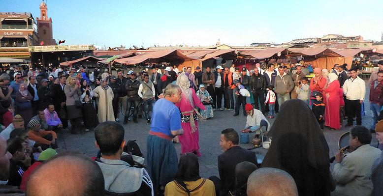 Märchenstunde auf dem Djemaa el Fna. Wir verstehen kein Wort, aber das Publikum ist begeistert.