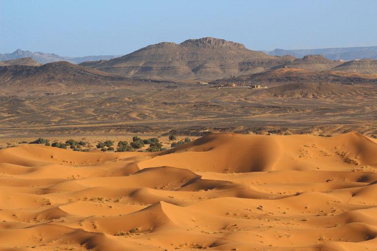 Blick über das östliche Ende der Dünenfelder. Etwa 10 km hinter den Dünenfeldern liegt die algerische Grenze.