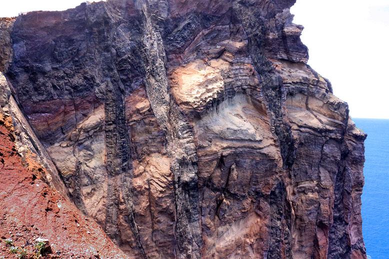 Von Dikes durchschlagene Lavadecken auf Madeiras östlicher Halbinsel.