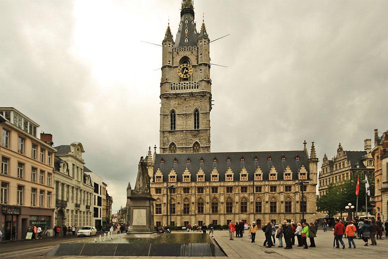Am Sint-Baafsplein steht gegenüber der Sint-Baafskathedraal die Lakenhalle, eine Tuchhalle, die 1425 im gotischen Baustil errichtet wurde.