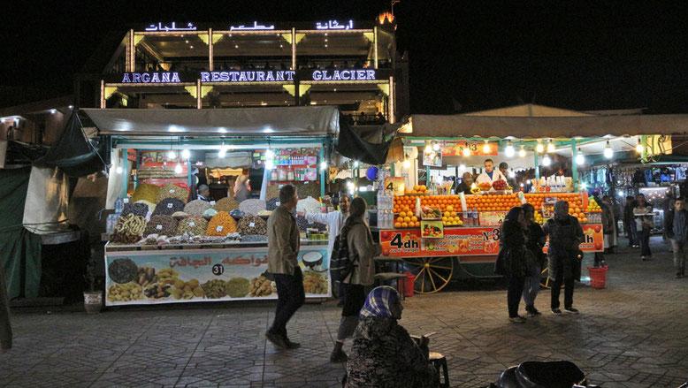 Marktstände vor dem Cafe Argana.
