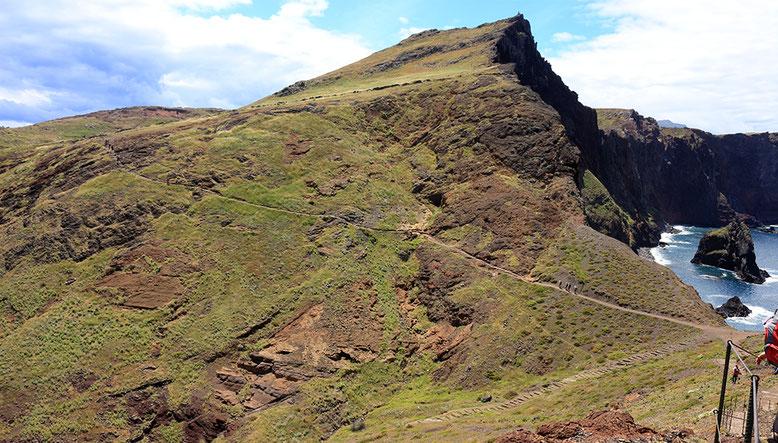 Blick zurück auf Aussichtspunkt 2 in Kärtchen zur Wanderung. Gut zu erkennen die zum linken unteren Bildrand in Richtung Meer verlaufende Treppe. Blickrichtung West.