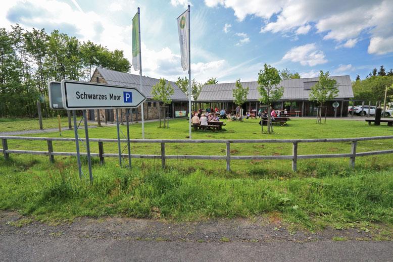 Besucherzentrum Schwarzes Moor an der Gabelung der ST 2287 und der St 2288 mit großem Parkplatz  (Hochrhönstraße).