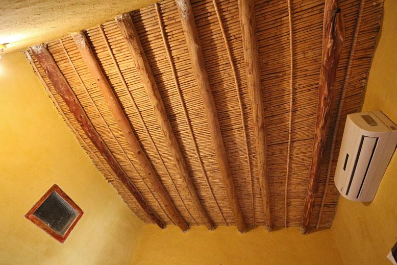 Die kunstvoll gefertigten Decken beeindrucken uns immer wieder. Die Klimaanlage brauchen wir im März noch nicht.