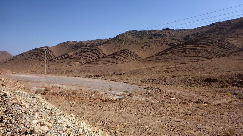 Die R108 zwischen Agdz und Tazenakht, bei Bou Azzer. Bou Azzer liegt 45 km westlich von Agdz.