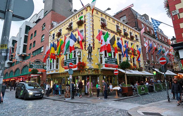 Pub in Temple Bar, dem Amüsierviertel von Dublin. Auf dem flachen Land kann man sich allerdings deutlich günstiger amüsieren als hier!