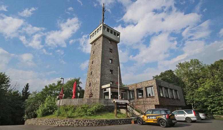 Berggasthof Rother Kuppe mit Aussichtsturm.