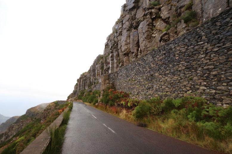 Mächtige Lavadecken auf dem Weg zum Pico Arieiro.