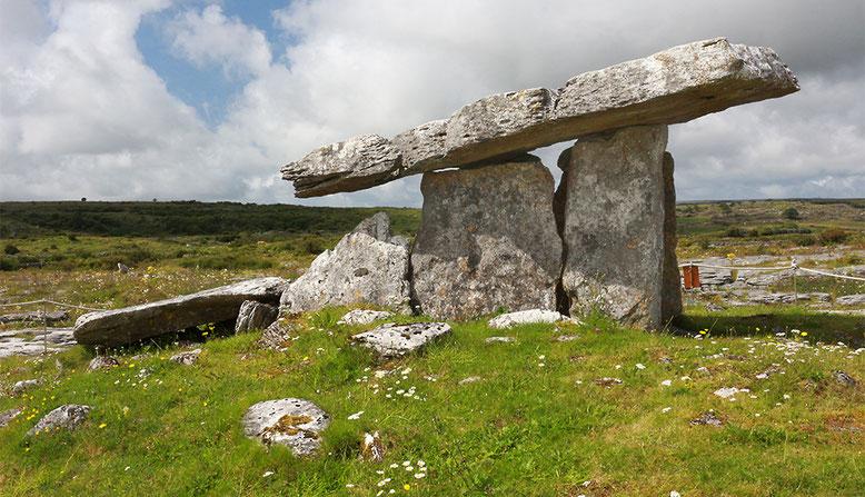 Der Poulnabrone-Dolmen befindet sich ca. 700 m nördlich des Caherconnell Forts.