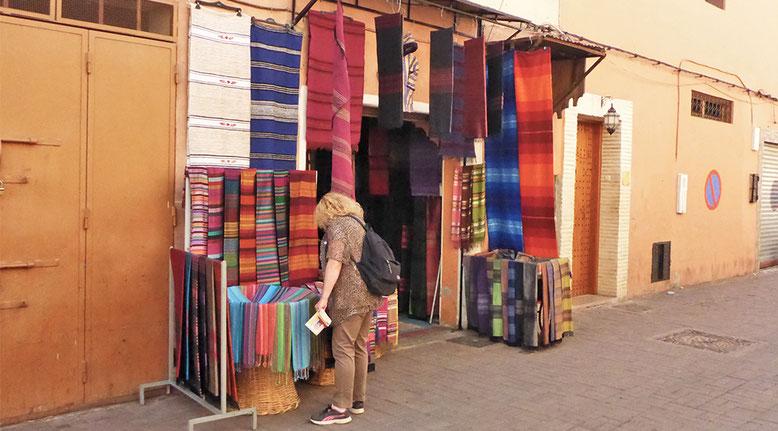 Ein letztes Souvenir, dann geht es leider schon wieder nach Hause. Aber es gibt noch soviel zu sehen in Marrakesch und anderswo, eigentlich unvorstellbar, dass dies unser letzter Besuch gewesen ist.