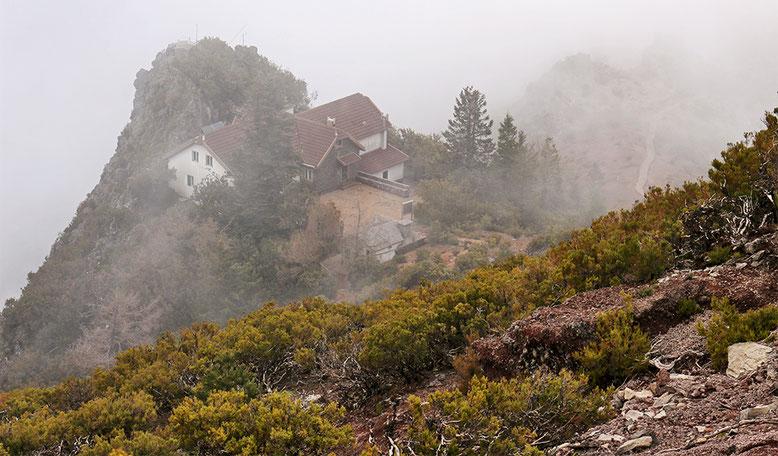 Blick zurück vom Anstieg zum Gipfel des Pico Ruivo in Richtung Casa do Ruivo.