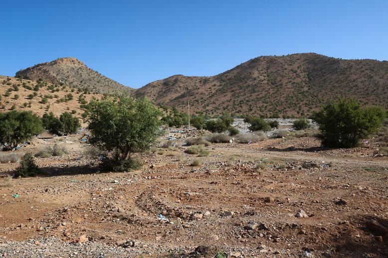 Wilde Müllkippe ca. 5 km östlich Aoulouz.