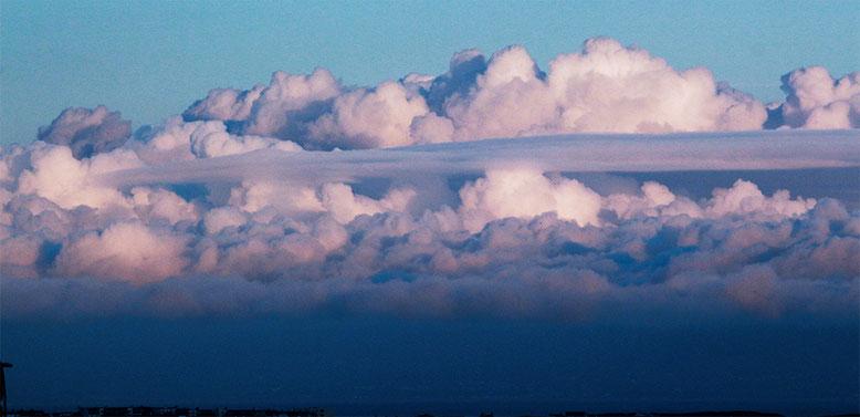 Morgendliches Wolkenensemble hinter Dunluce Castle.