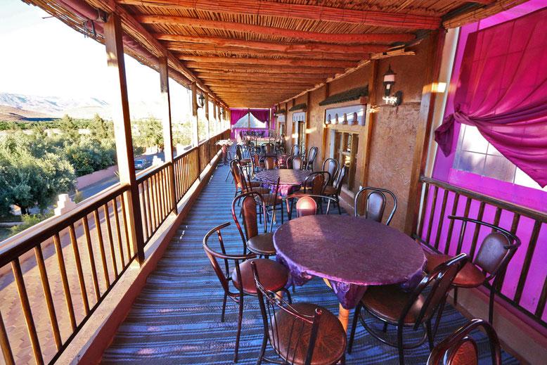 Außenterrasse des Speisesaals mit Blick auf die Talaue.