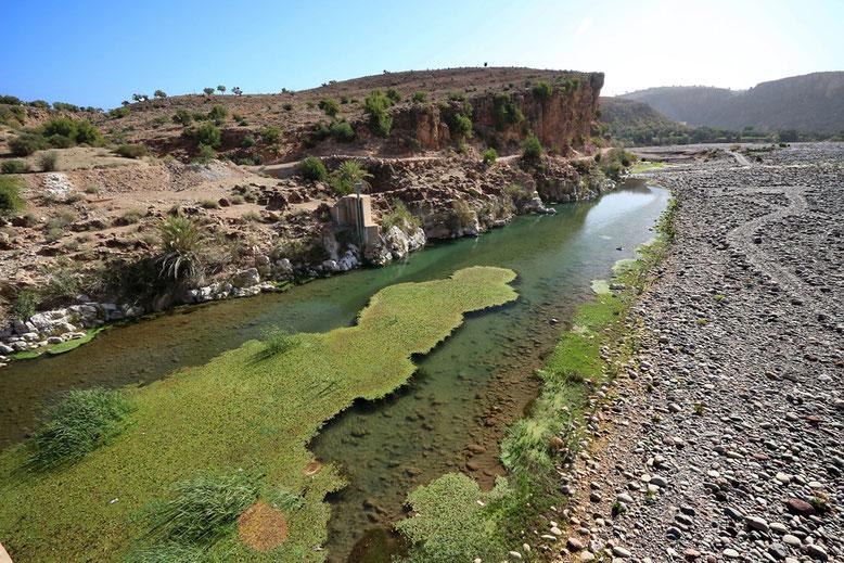 Die Nationalstraße 10 quert den Oued Souss (Asif Tifnout) beim Städtchen Aoulouz am Fuß des Atlas.