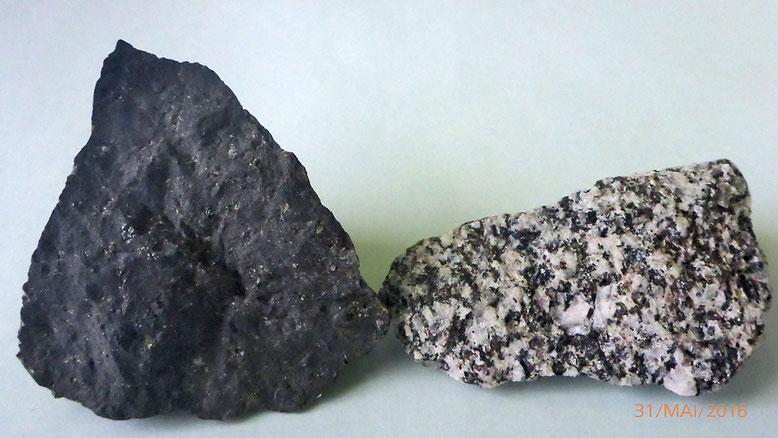 Zum Vergleich links im Bild das massig, fast strukturlos erscheinende  Ergussgestein Basalt, ein Vulkanit und rechts im Bild das grobkristalline Tiefengestein Granit, ein Plutonit.