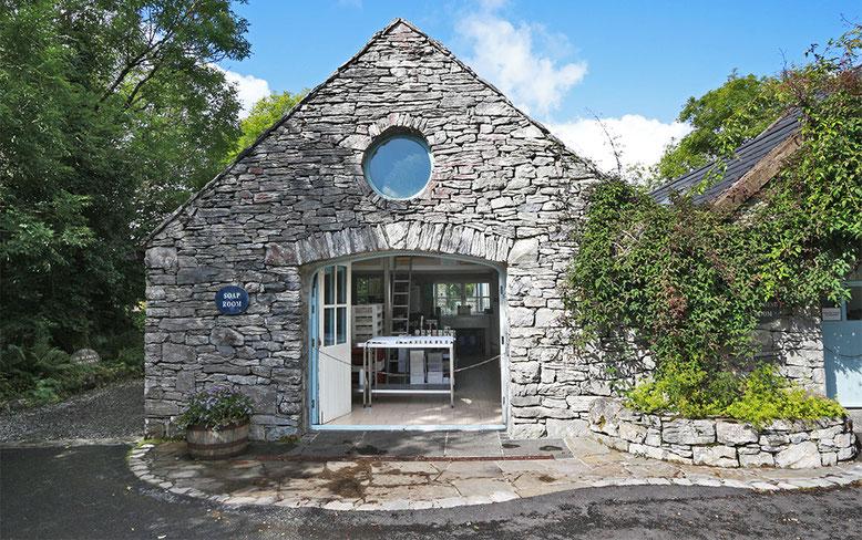 Seifensiederei in einem Nebengebäude der Burren Perfumery.