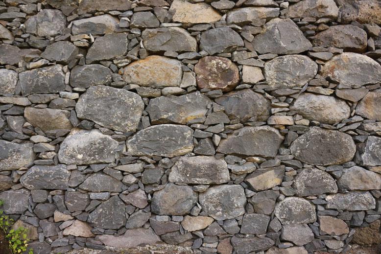 Mauerwerks-Mosaik an der Levada dos Piornais.